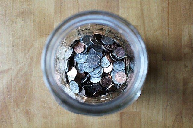 sklenice mincí