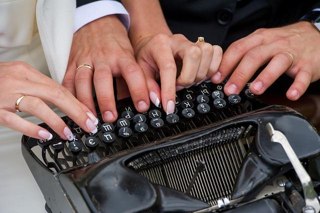psací stroj a ruce